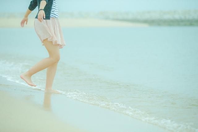 海で足を出す女性