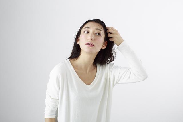ぺったり髪型悩む女性